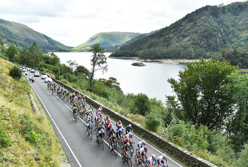 OVO Energy Tour of Britain 2018 - Stage 6 Barrow to Whinlatter Pass - The peloton passes Thirlmere. Picture by Simon Wilkinson/SWpix.com