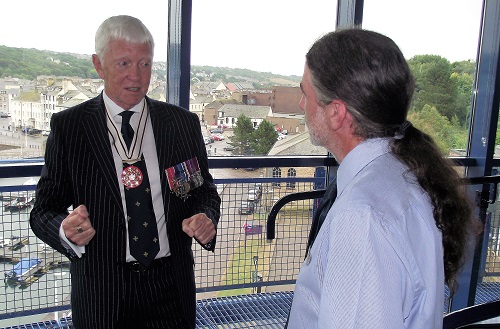 Col McMullen sharing his knowledge of American history with Alan Gillon, Learning Officer at the Beacon Museum