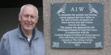 Les Blacklock and plaque commemorating pigeons in wartime